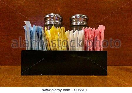 Tablett mit Süßstoffen, Salz und Pfeffer auf einem Tisch im restaurant - Stockfoto
