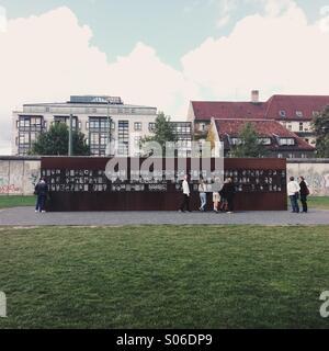 Gedenkstätte Berliner Mauer zum Gedenken an die Verstorbenen auf der Ost-Berliner, Bernauer Straße, Berlin Flucht - Stockfoto