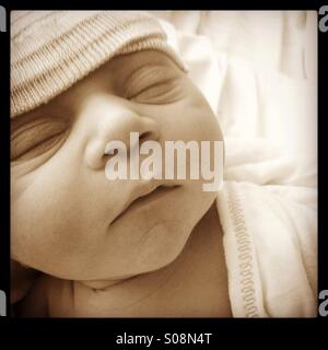 Nahaufnahme eines neugeborenen Jungen mit einem Hut auf - Stockfoto