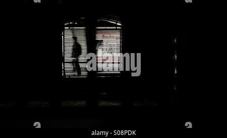 Durch das Gitter auf der unterirdischen Mann zu Fuß - Stockfoto