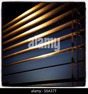 Jalousien in einem Fenster. - Stockfoto