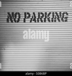 Keine Parkplätze-Spur auf einem verschlossenen Garagentor in New York City. - Stockfoto