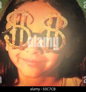 Kleines Mädchen mit Brille wie Dollarzeichen geformt. - Stockfoto