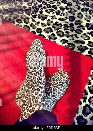 Socken Damen Leoparden-print auf Leopard print Teppich - Stockfoto