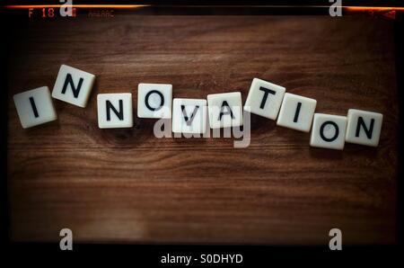 Das Wort INNOVATION Dinkel mit Buchstabensteine mit einer Foto-negativen Rahmen-Effekt - Stockfoto