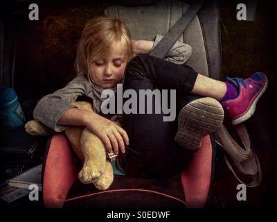 Ein Kind Im Kindersitz 5 Bequem Schlafen Stockfoto Bild