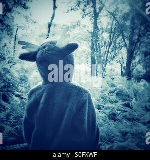 Ein Kindertraum - erkunden den Wald in ein Strampler - Stockfoto
