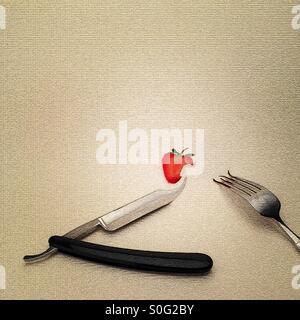 Kehle-Rasiermesser-Messer-Gabel und Erdbeere (digital manipulierte Bild) seltsam und surreal Abendessen Gedeck einen - Stockfoto