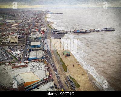 Blick von der Spitze der Blackpool Tower in Richtung Central Pier - Stockfoto