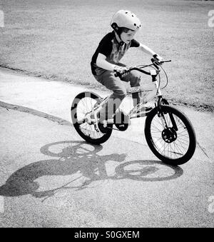 Junge auf seinem Fahrrad-Schatten. - Stockfoto