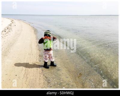 Kleinkind am Strand im winter - Stockfoto