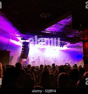 Publikum und Band bei einem Rock-show - Stockfoto