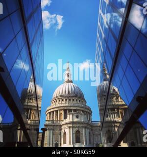 Die Kuppel der St. Pauls Cathedral, eingeklemmt zwischen der modernen Entwicklung eine neue Änderung - Stockfoto
