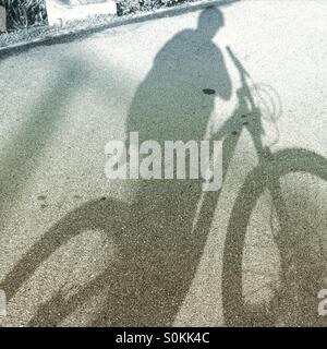 Schatten der Radfahrer unterwegs - Stockfoto