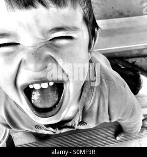 Kleiner Junge mit einem glücklichen Lächeln.