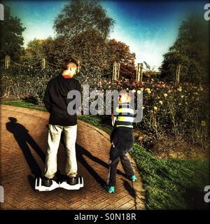 Kleiner Junge reitet ein Hoverboard im Regents Park, City of Westminster Central London, England, Vereinigtes Königreich, - Stockfoto