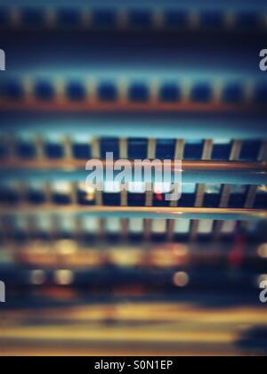 Block von Wohnungen durch die Jalousien gesehen - Stockfoto