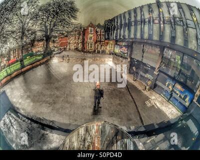 Mann reflektiert in Himmel Spiegel in Nottingham. (Model-Release kann zur Verfügung gestellt werden als Thema der - Stockfoto