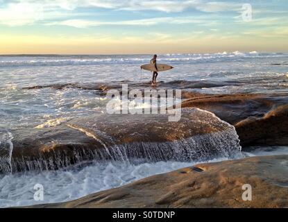 Einsamer Surfer beobachten die Brandung, La Jolla, Kalifornien, USA - Stockfoto
