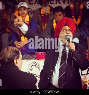 Ein Sikh Veteran Adressierung Hörer bei Jantar Mantar Road, Neu Delhi zur Unterstützung OROP für Verteidigung Personal. - Stockfoto