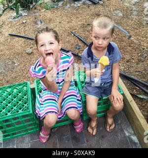 Kleine Mädchen und kleine Junge Eis essen - Stockfoto