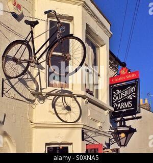 Fahrrad vor Pub, Cambridge, England - Stockfoto