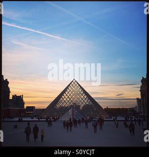 Sonnenuntergang an der Pyramide du Louvre, Paris, Frankreich - Stockfoto