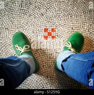Grüne Wildlederschuhe auf der Mosaikboden der National Portrait Gallery, London, England