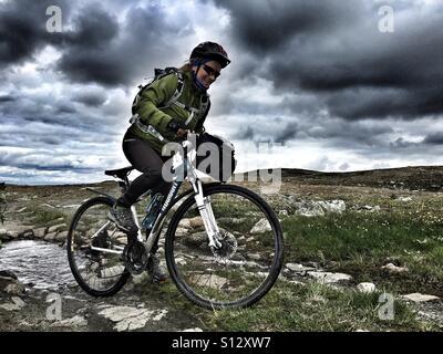 Extreme Radtour auf der Hochebene Hardangervidda, Norwegen - Stockfoto