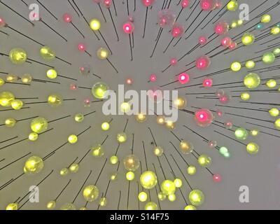 Unscharfen Hintergrund lebhaft gefärbten Decke Lampen - Stockfoto
