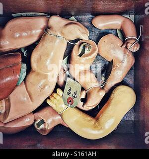 Antike Puppenteile auf antik stall - Stockfoto