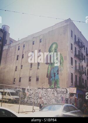 """Kunstwerk """"Temperament Tot"""" von Ron English ist auf der Seite eine Mauer in Little Italy, New York City gesehen. - Stockfoto"""