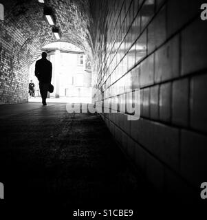 Mann zu Fuß durch eine Unterführung, York, Yorkshire, England. - Stockfoto