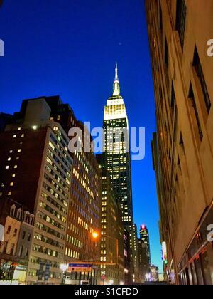Das Empire State Building beleuchtet in weißen Lichtern in der Dämmerung, NYC, USA - Stockfoto
