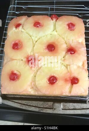 Ananas auf den Kopf nach unten Kuchen - Stockfoto