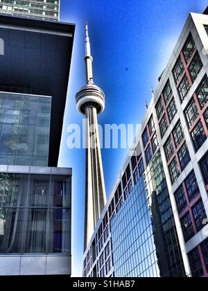 CN Tower zwischen zwei Gebäuden. - Stockfoto