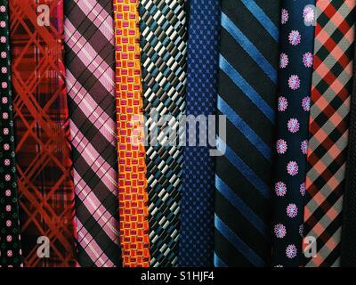 Eine Nahaufnahme einer hängenden Sammlung von Krawatten Stockfoto
