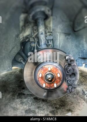 Geländewagen ohne mechanische Teile, Reifen und Bremsscheibe - Stockfoto