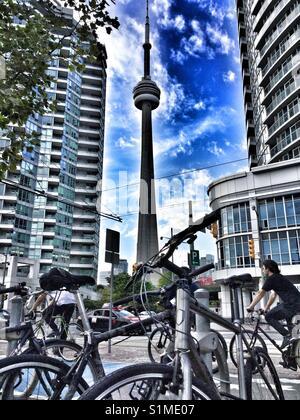 Toronto CN Tower zwischen zwei Gebäuden gesehen. - Stockfoto