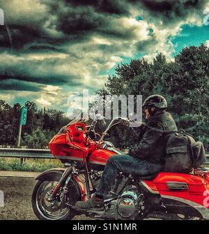 Motorradfahrer auf der Autobahn. - Stockfoto