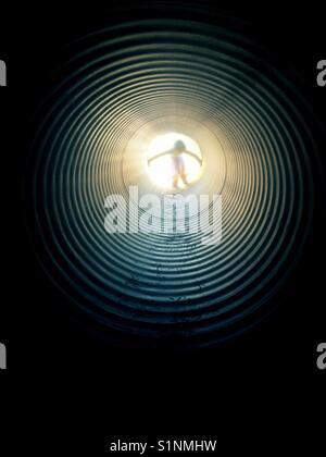 Mädchen in Tunnel mit hellem Licht - Stockfoto