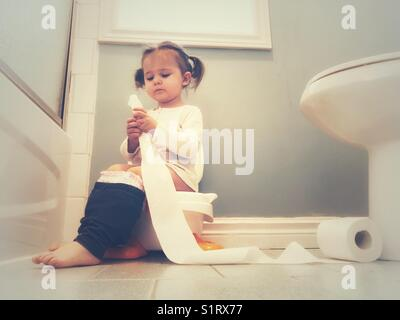 junges m dchen t pfchen training stockfoto bild 37936898 alamy. Black Bedroom Furniture Sets. Home Design Ideas