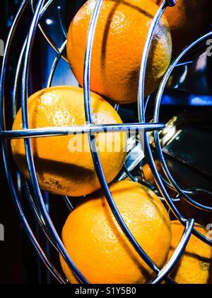 Orangen in Entsafter - Stockfoto