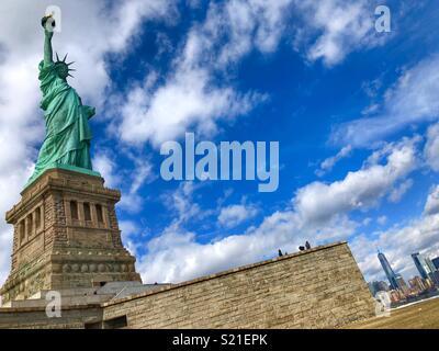 Freiheitsstatue mit Downtown Manhattan im Hintergrund! - Stockfoto