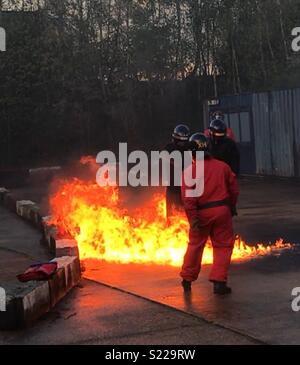 Polizisten benzin Bombe Ausbildung - Stockfoto