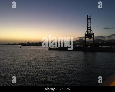 Sonnenuntergang über Arrecife, Lanzarote, Kanarische Inseln, von einem Kreuzfahrtschiff im Hafen gesehen - Stockfoto