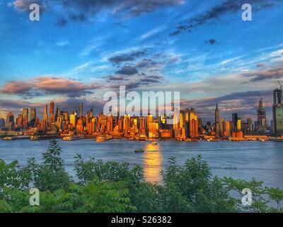 Spektakuläre bunten Sommer Abend mit Blick auf die Skyline von New York City - Stockfoto