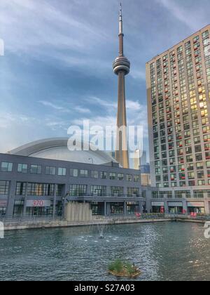 Ein Blick auf den CN Tower und Rogers Center von Peter Street Basin Park in der Harbourfront Nachbarschaft. - Stockfoto