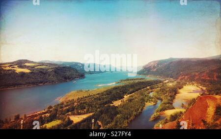 Panorama- und Luftbild des Columbia River vom Vista House, historischen US Route 30, Oregon, USA. - Stockfoto