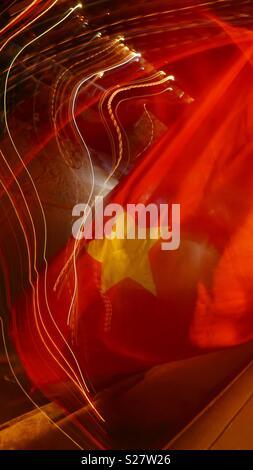 Nacht Zeit Zusammenfassung von street scene und vietnamesische Flag in Hoi An, Vietnam.